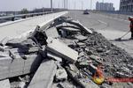 商丘一立交桥发生车祸楼板散落 肇事车辆不见踪影