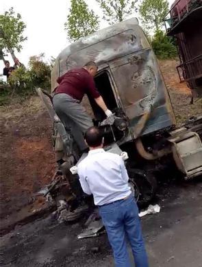 郑登快速路货车追尾 司机被卡烧焦