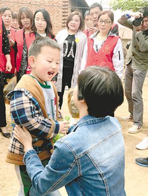 5岁男孩有自闭症 父亲带他跑遍半个中国