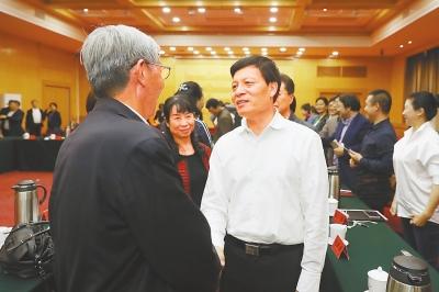4月27日下午,省委书记谢伏瞻与参加座谈的我省文艺工作者代表交流