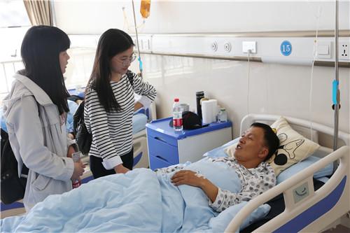 五一节假日,从外地放假回来的学生特意来到医院看望程华老师