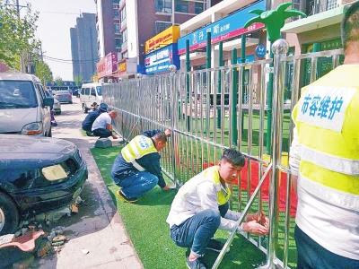 幼儿园的铁栅栏正在被拆除