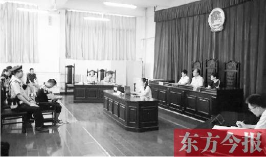 """在郑州某高校举行的""""校园贷""""诈骗案庭审现场"""