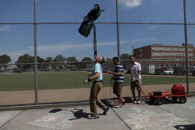 男子下巴顶割草机走71米 刷新世界纪录(图)