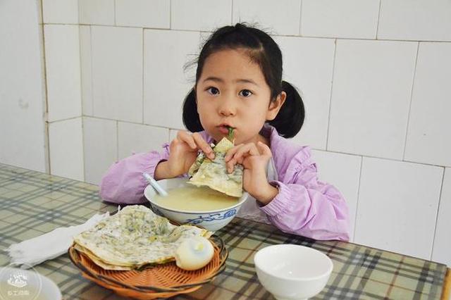 河南农村大叔卖菜馍 有瓜还有菜五元管吃饱