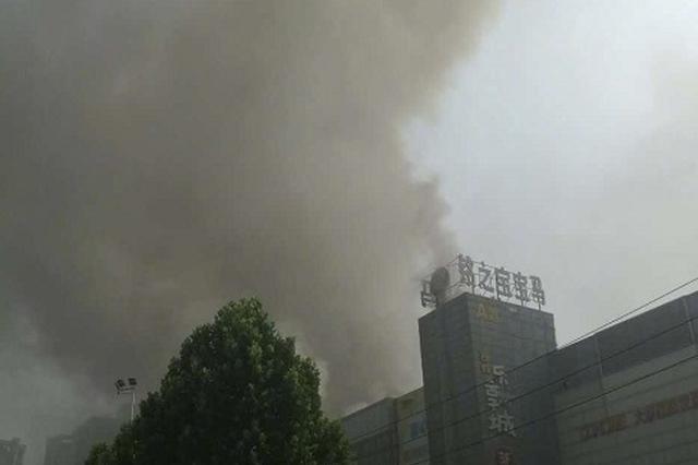 郑州一市场着火浓烟飘了十余小时 暂无人员伤亡