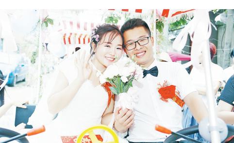 新娘马可可与新郎刘宝石在四轮脚踏车上的幸福笑容