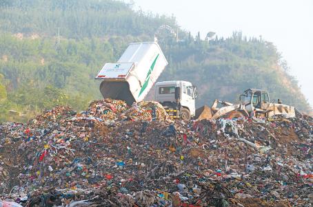 垃圾处理场内,垃圾堆积如山。