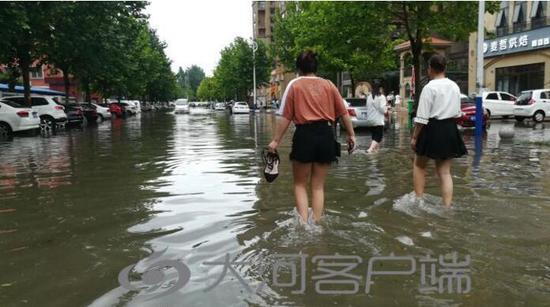 周口市区突降今年最强暴雨 多条道路积水严重
