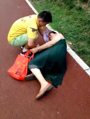 老人街头晕倒 郑州外卖小伙忙上前扶