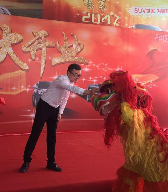 传统热闹的舞狮寓意着祥瑞,厂家领导为瑞兽点睛。