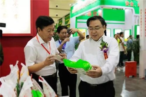 (国家粮食局副局长卢景波在听取产品介绍)