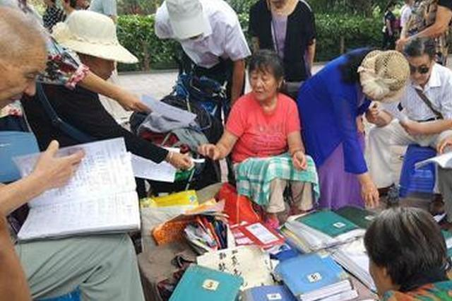 """郑州57岁大妈公园卖""""歌页"""" 一张3毛生意红火"""
