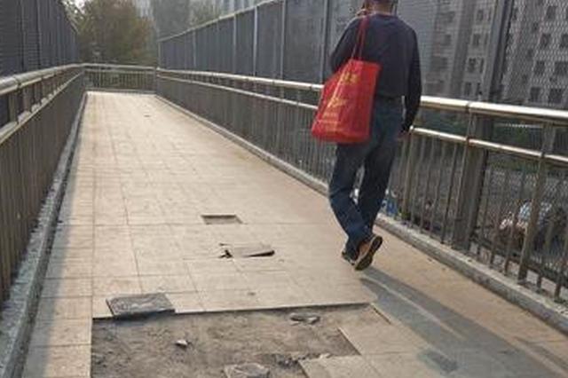 郑州这个天桥地砖破损 砖块随时可能砸中桥下路人