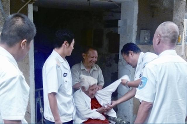 """91岁郑州老太双腿残疾 四个""""儿子""""抬起她的余生"""