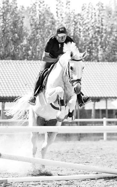 跨越障碍需要朱孝朋和马匹很有默契