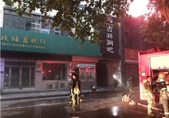 郑州闹市区一网吧着火 消防紧急疏散多人