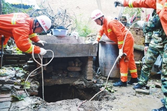 女子洗衣服不慎坠入10米深坑 消防员紧急营救