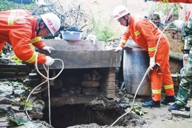 洛阳女子洗衣服不慎坠入10米深坑 消防员紧急营救