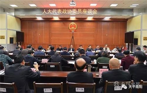 河南省高级人民法院党组书记、院长张立勇与代表委员进行座谈交流