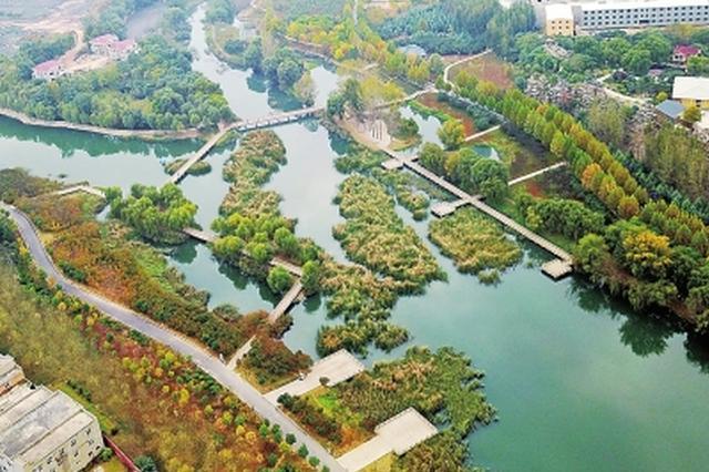 记者王磊   核心提示|郑州西流湖将升级改造,湖面有望扩大500亩左右。昨天,记者从市政府获悉,西流湖公园蓝线内的建设方案已经过三次评审。西流湖公园现有水面795亩,根据方案,扩大后将达到1295亩左右。   方案显示,将在宽阔湖区建设小岛。同时,湖边建网球场、水上运动等设施。   方案|西流湖湖面有望扩展500亩,总湖面相当于8个如意湖   西流湖湖面将扩至1295亩,相当于8个如意湖(如意湖湖区面积约160亩)。   据悉,方案显示,西流湖公园今后能够形成很好的水面景观,扩湖时要在宽阔湖区建设小岛