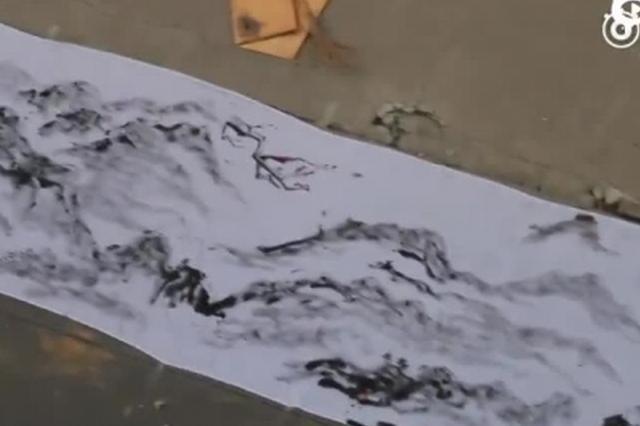 河南大学生扫把蘸墨 作28米山水画