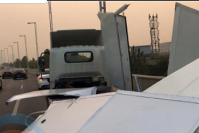 一货车撞上限高架致车厢散架 网友:这是纸糊的吗