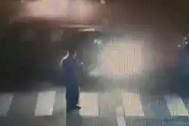男子过马路被撞飞 交警:行人应担责