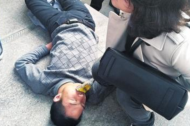 别人都以为他睡着了 河南医生却救了他的命