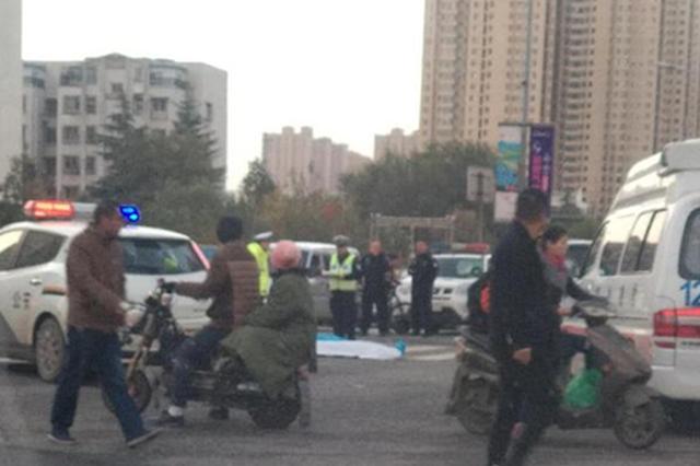 突发!郑州SUV撞倒行人1人当场身亡 天还没有大亮