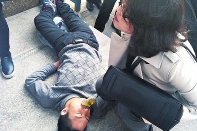 小伙躺睡在地上 这名医生凭着职业敏感救了他