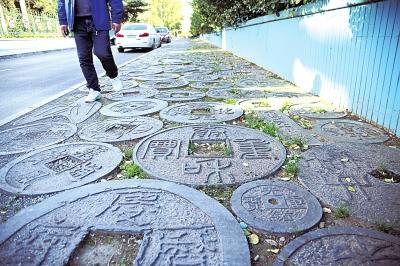 各种朝代的钱币铺满人行道