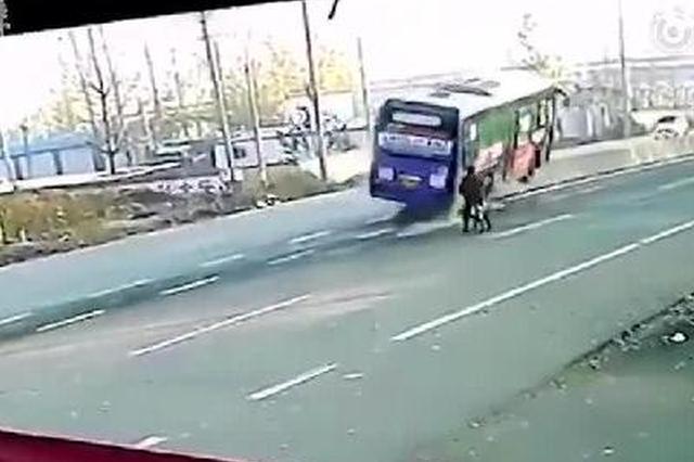 公交车为躲自行车侧翻 骑车人淡定离开
