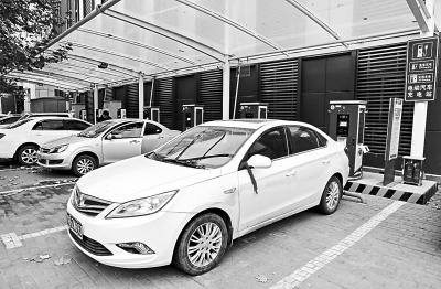 郑州市内一个电动车充电处,不少车位被普通的燃油汽车占据。