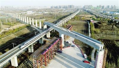 昨日,一列高铁穿过转体成功后的郑万高铁万吨T形钢构桥