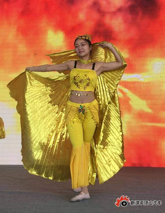 美女舞蹈助阵