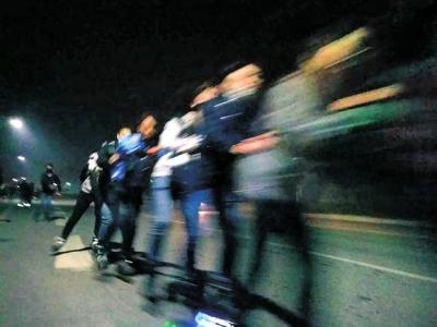 几百名大学生在郑开大道上沿公路刷街,有时会跑到快车道上。
