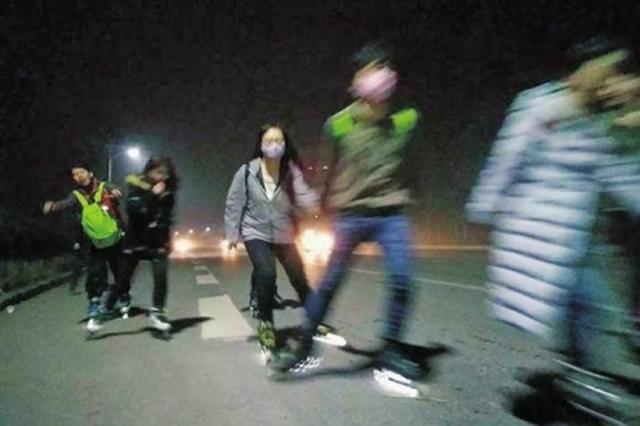 河南几百名学子轮滑刷街引争议 警方称这种行为属违法
