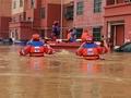 救援队员在叶县转移被洪水围困群众...