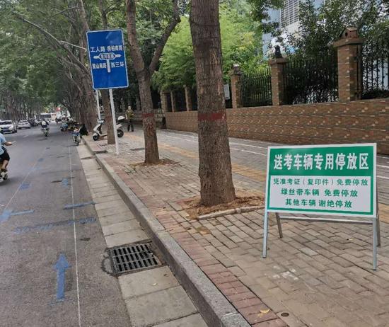 我市城市管理部门设置专用停放区 全力保障高考送考车辆停放