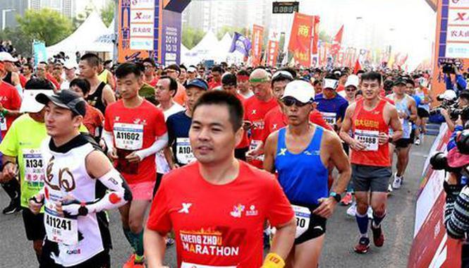 组图:2019郑州国际马拉松赛鸣枪开跑