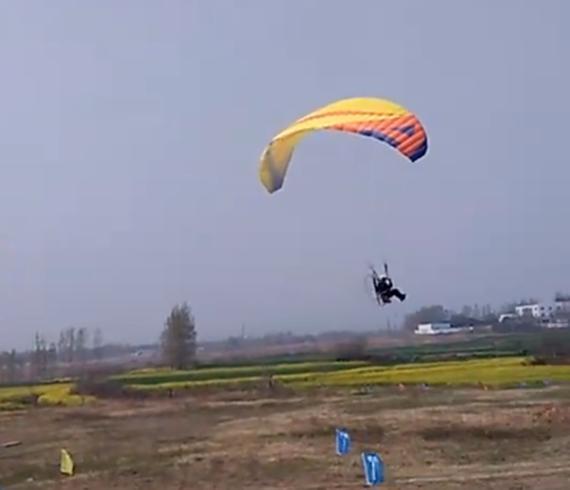 滑翔伞表演助力试驾会