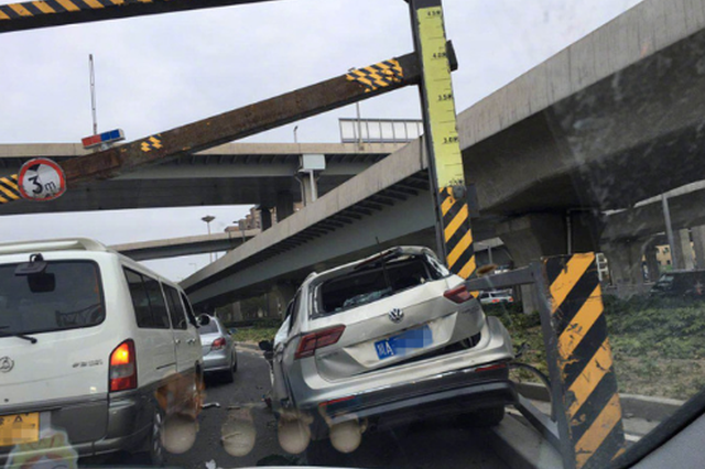 事故提醒!郑州轿车撞上限高架 车头严重受损