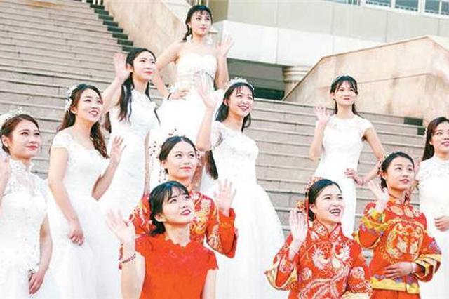 美翻!漯河一高校14名女大学生着婚纱拍别样毕业照
