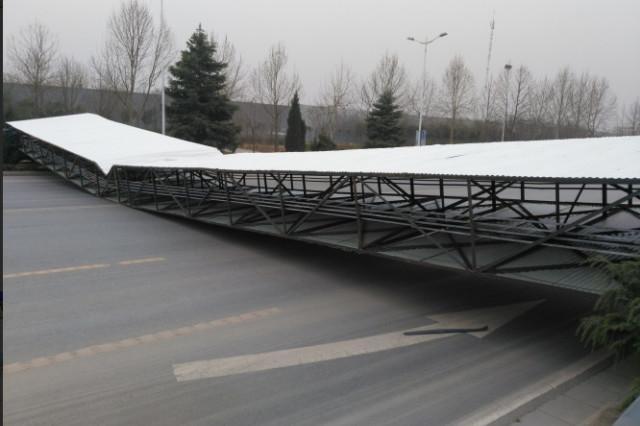 如飞机落地!郑州街头30米长巨型广告牌被风刮倒