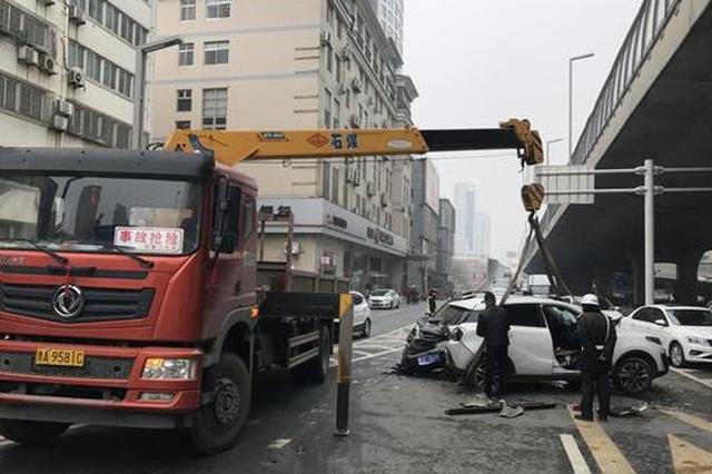 5车连撞!郑州一SUV车头撞碎司机称刹车失灵 一人受伤