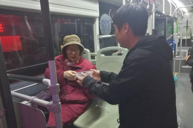 郑州老人坐公交却不肯下车 暖心车长伸出援手