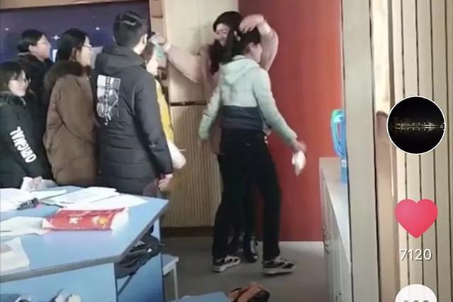 """高中教师考前挨个给学生""""爱的抱抱"""":减压打气"""