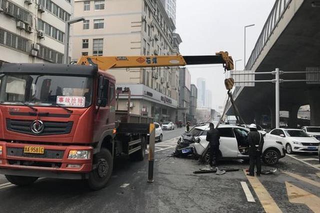 5车连撞!郑州一SUV车头撞碎 司机称刹车失灵