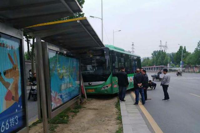 突发!郑州一公交车今日下午失控冲向站台